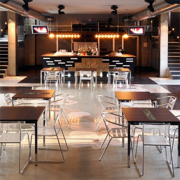 Un bar tra luxury e industrial style