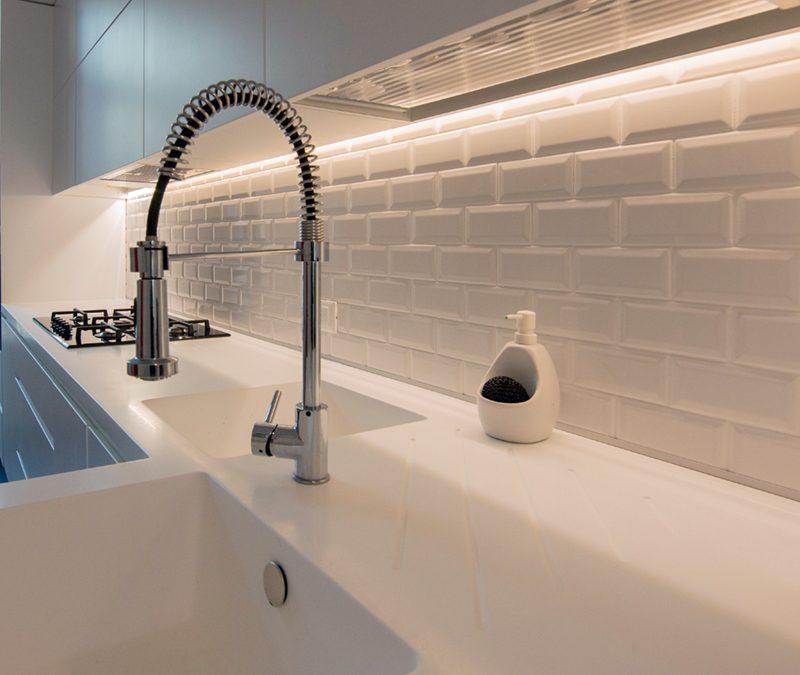 Cucina total white in un ambiente classico moderno