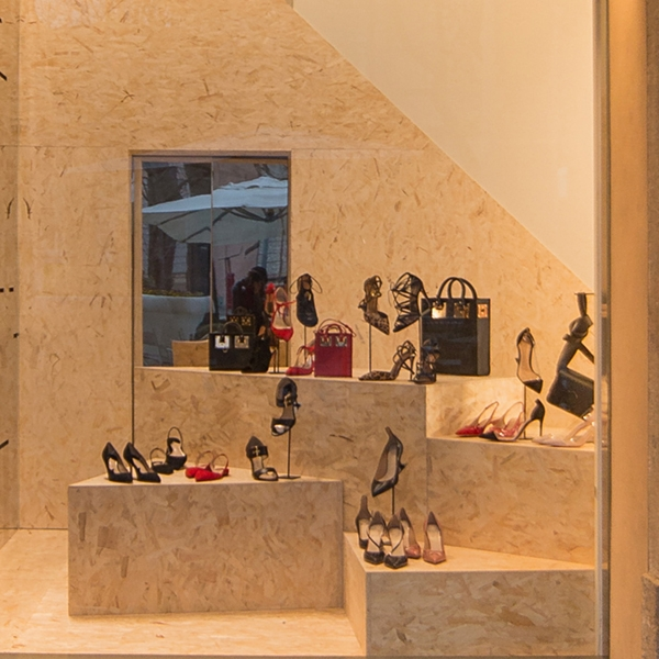 A spring in OSB for the 2017 shop windows of Tiziana Fausti