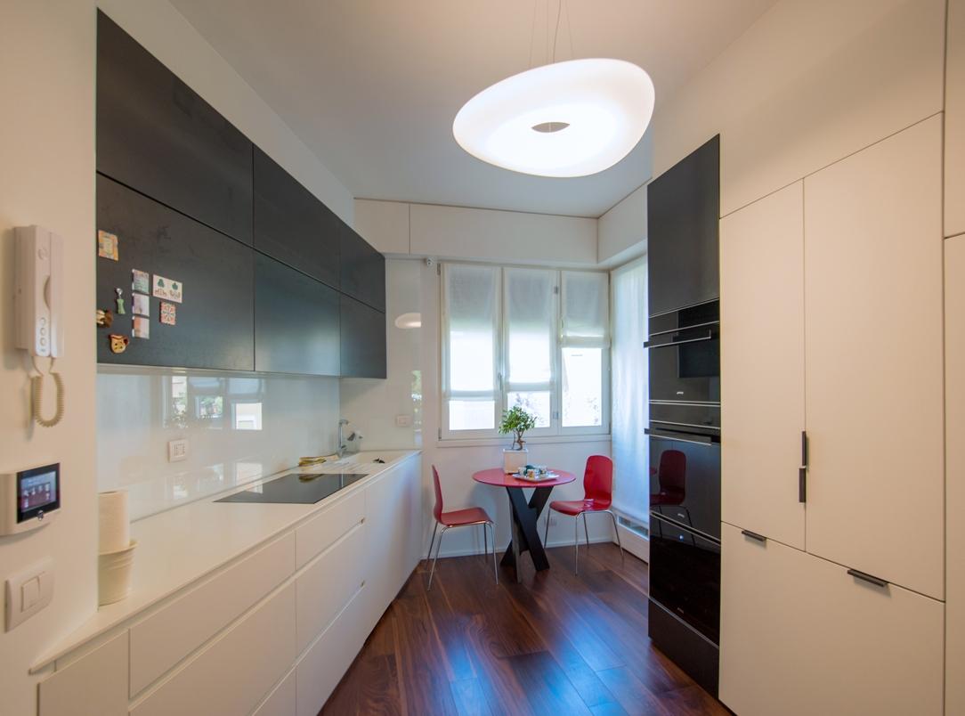 Appartamento Milano finiture eleganti cucina 01