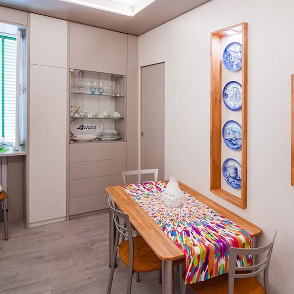 Ampi soffitti e boiserie contemporanee in un appartamento ligure