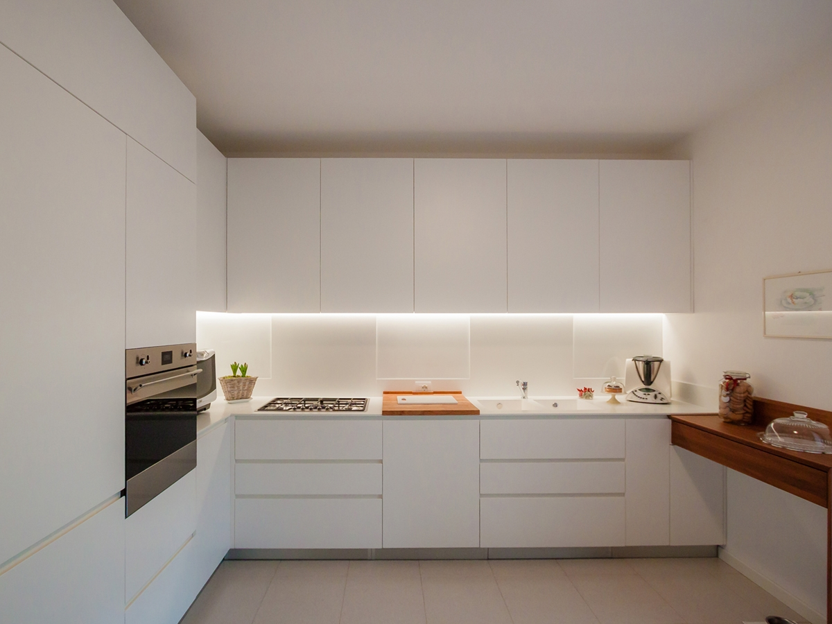 vista frontale cucina essenziale elegante