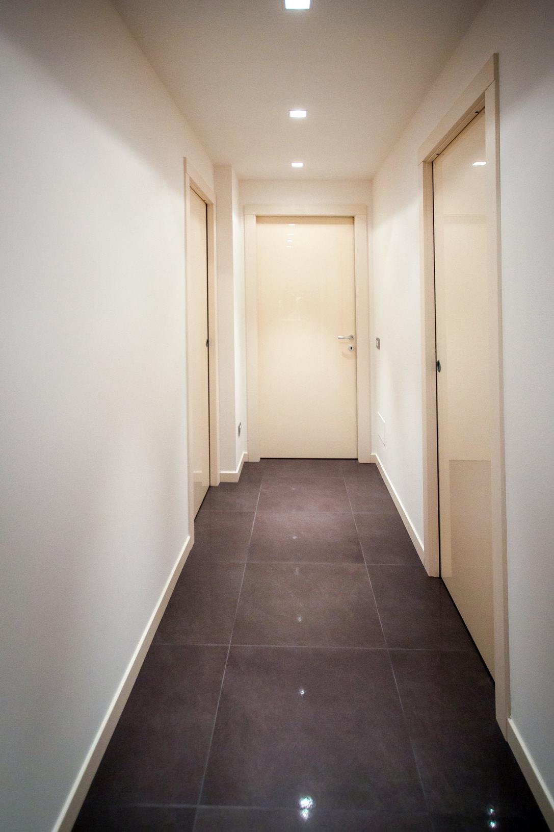 appartamento Bergamo essenziale contemporaneo corridoio