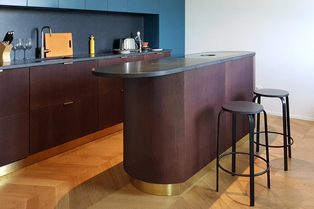 Modulor modern kitchen with dark tones_02