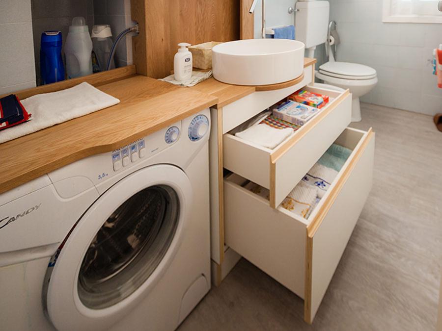 mobile bagno con cassetti aperti