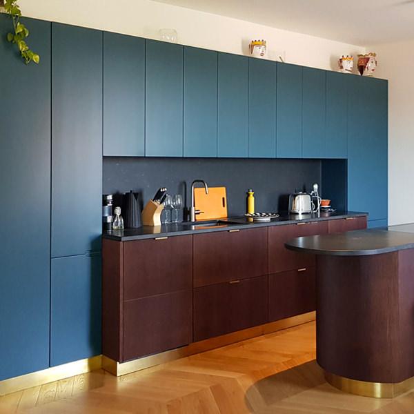 Una cucina moderna blu ceruleo