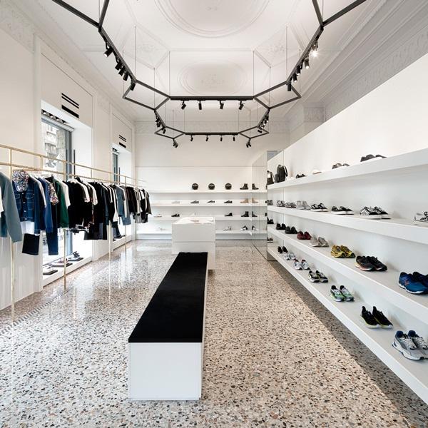 Allestimento minimale per il negozio sneakers THE F1RST