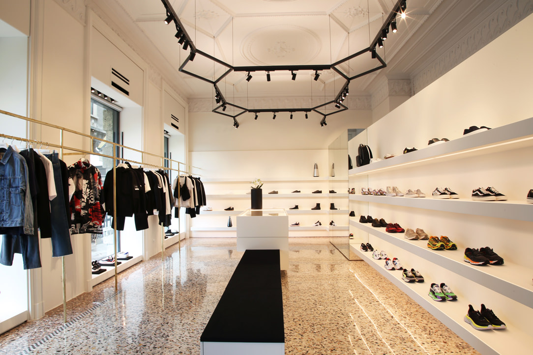sneakers THE F1RST allestimento interno panche centrali