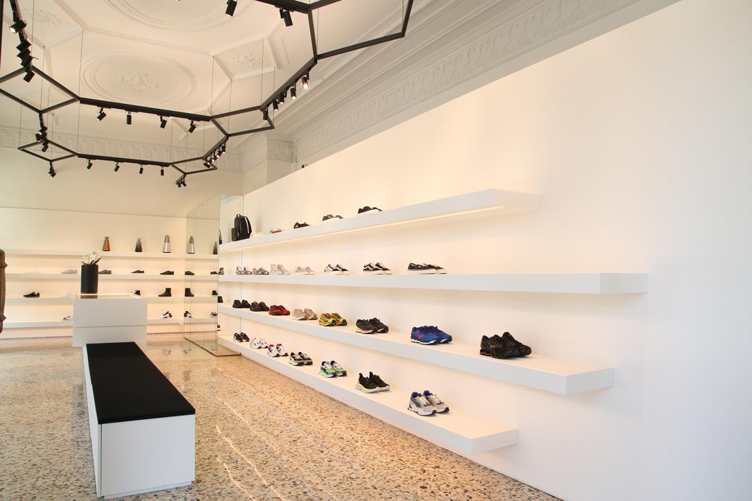 sneakers THE F1RST mensole espositive parete