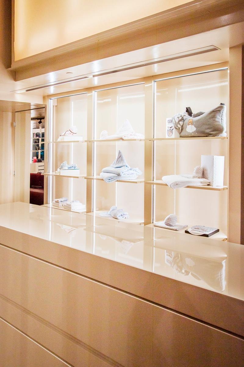 vetrina espositiva retro cassa boutique bambini