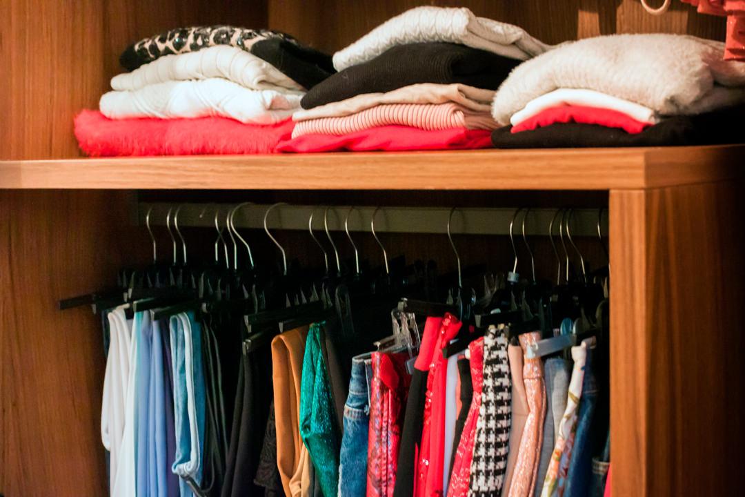 dettaglio interno armadio appenderia donna