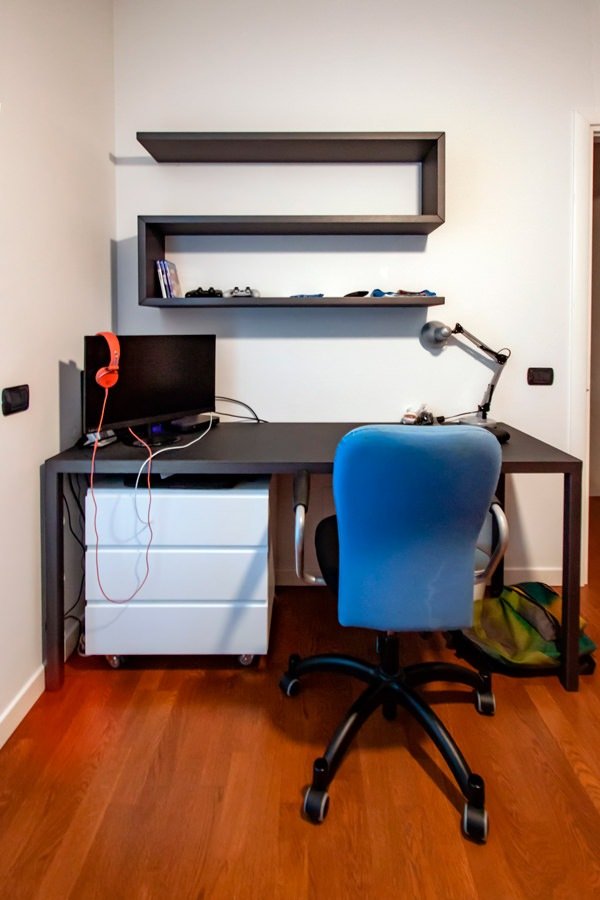 scrivania metallo antracite vista frontale