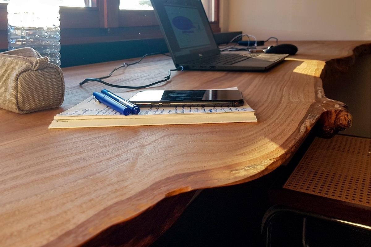 dettagli piano scrivania ciliegio smartworking