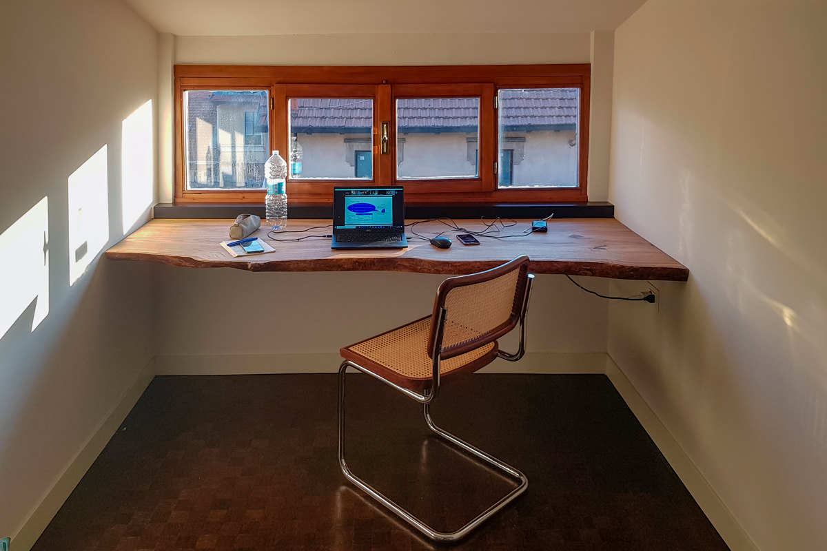 vista frontale scrivania ciliegio smartworking