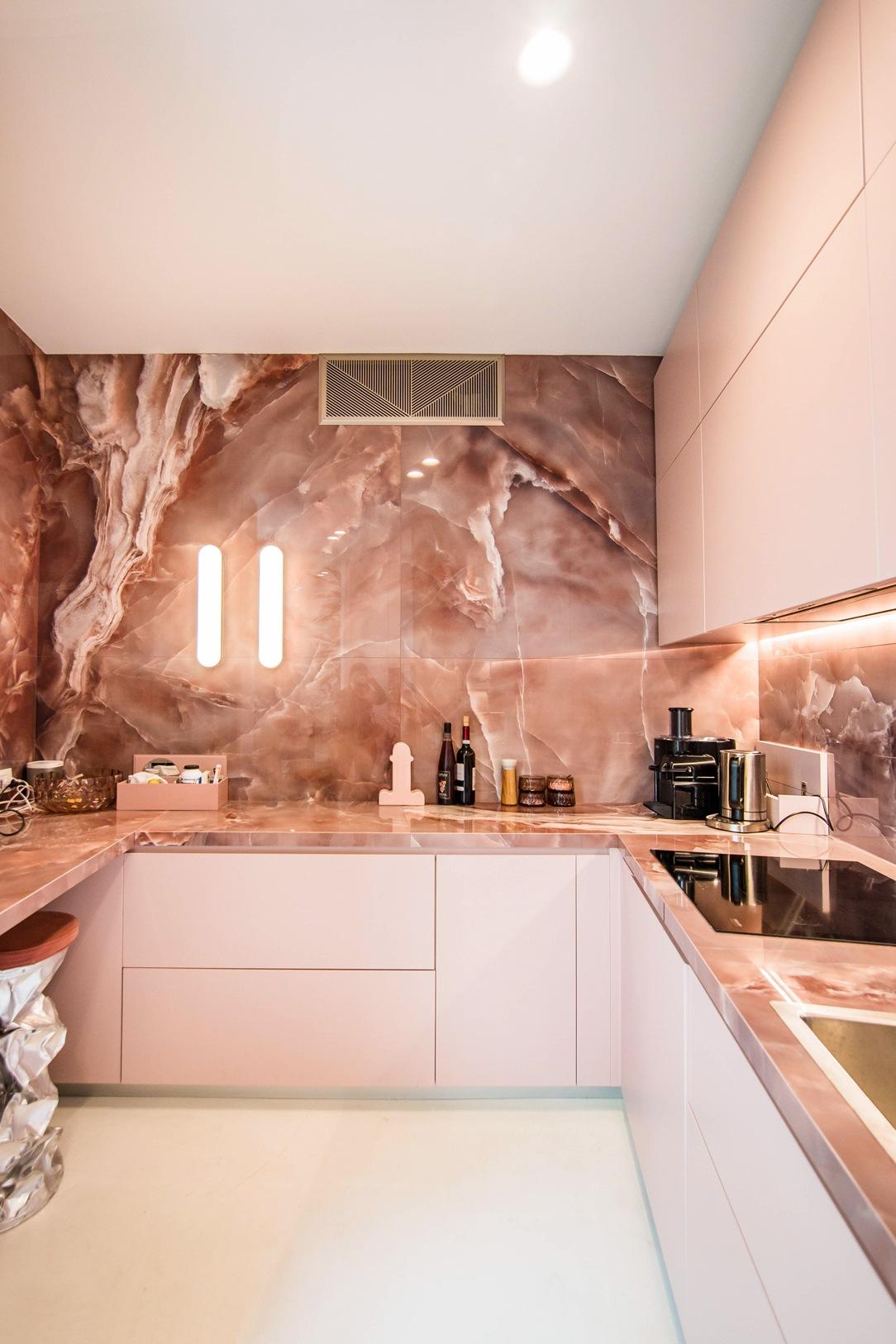 cucina-rosa-fronte-illuminazione