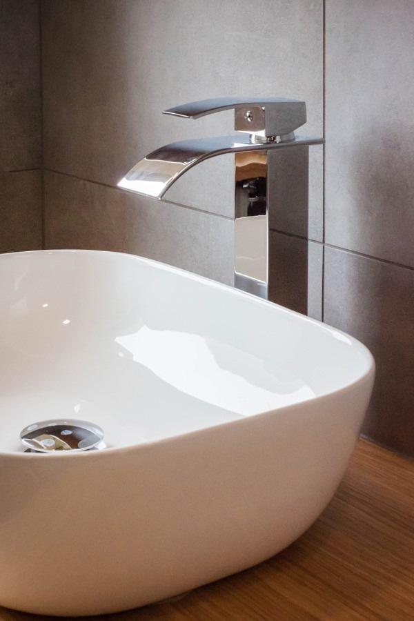 dettaglio-lavabo-bagno-in-appoggio-rubinetto-design
