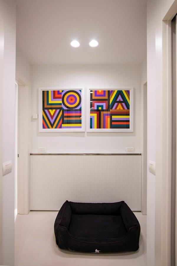 corridoio-boiserie-moderna-quadri-pop-art