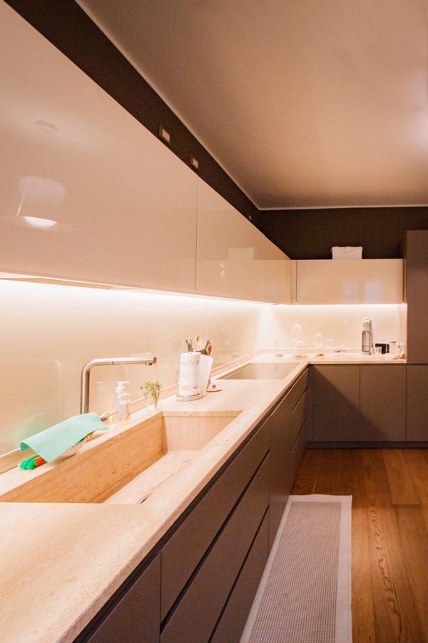 cucina-vista-laterale-lavello-integrato-pensili-lacobel-bianco