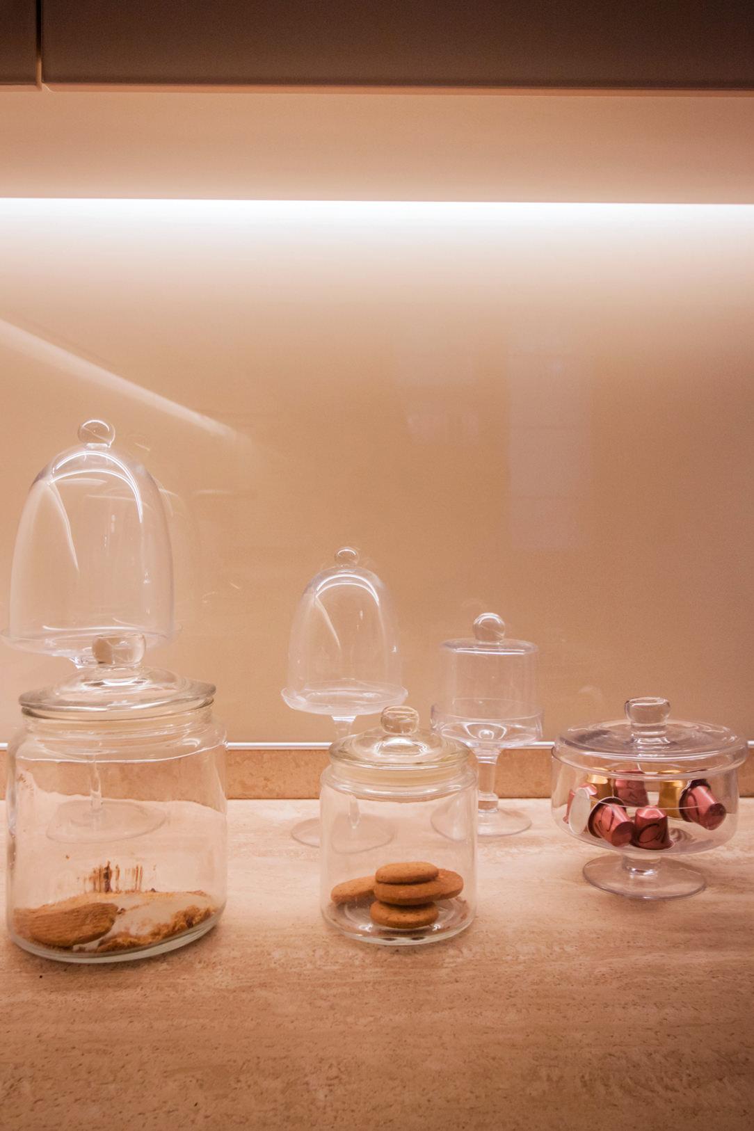 dettaglio-piano-cucina-pietra-naturale-alzata-lacobel-bianco