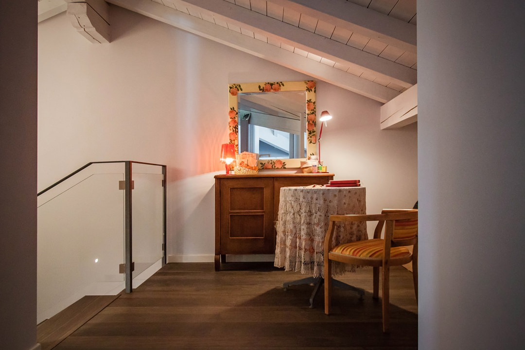 angolo-vintage-ingresso-mansarda-stile-moderno-contemporaneo-mobili-antichi