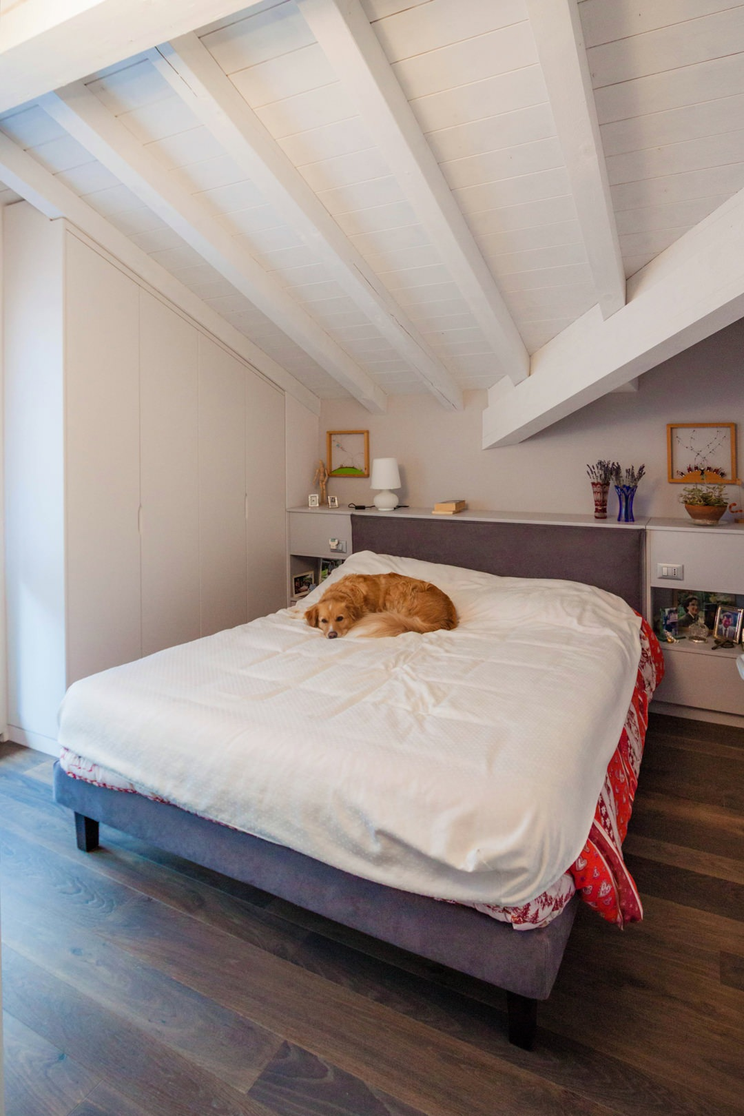 camera-matrimoniale-stile-contemporaneo-moderno-mansarda