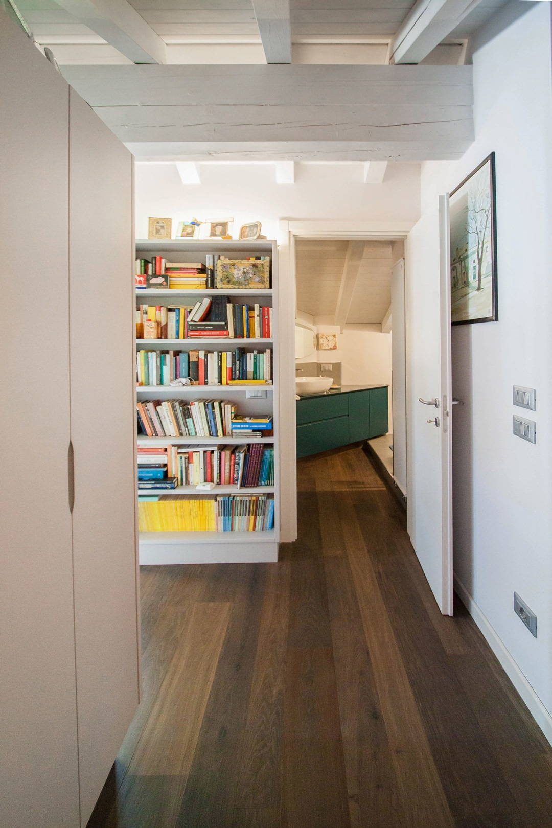 corridoio-attrezzato-ingresso-bagno-contemporaneo-libreria