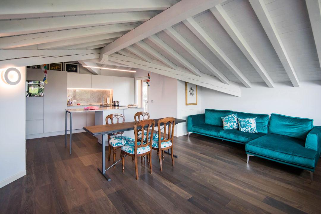 cucina-contemporanea-grigio-ghiaccio-piano-marmo-tavolo-allungabile-legno