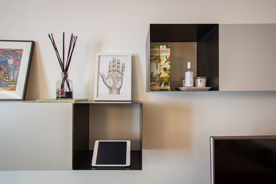 dettaglio-frontale-pensili-ribalta-libreria-ferro-mobile-TV