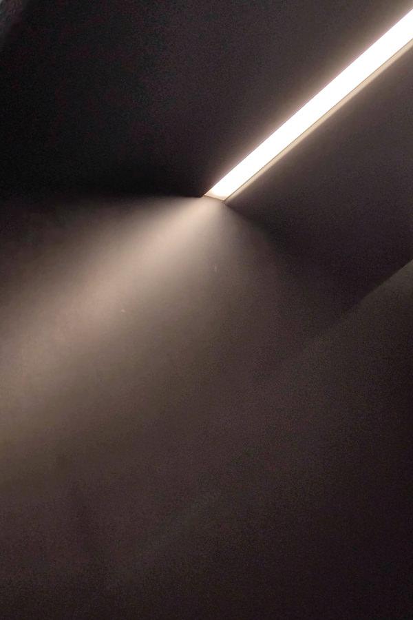 dettaglio-illuminazione-LED-portali-ferro-corridoio