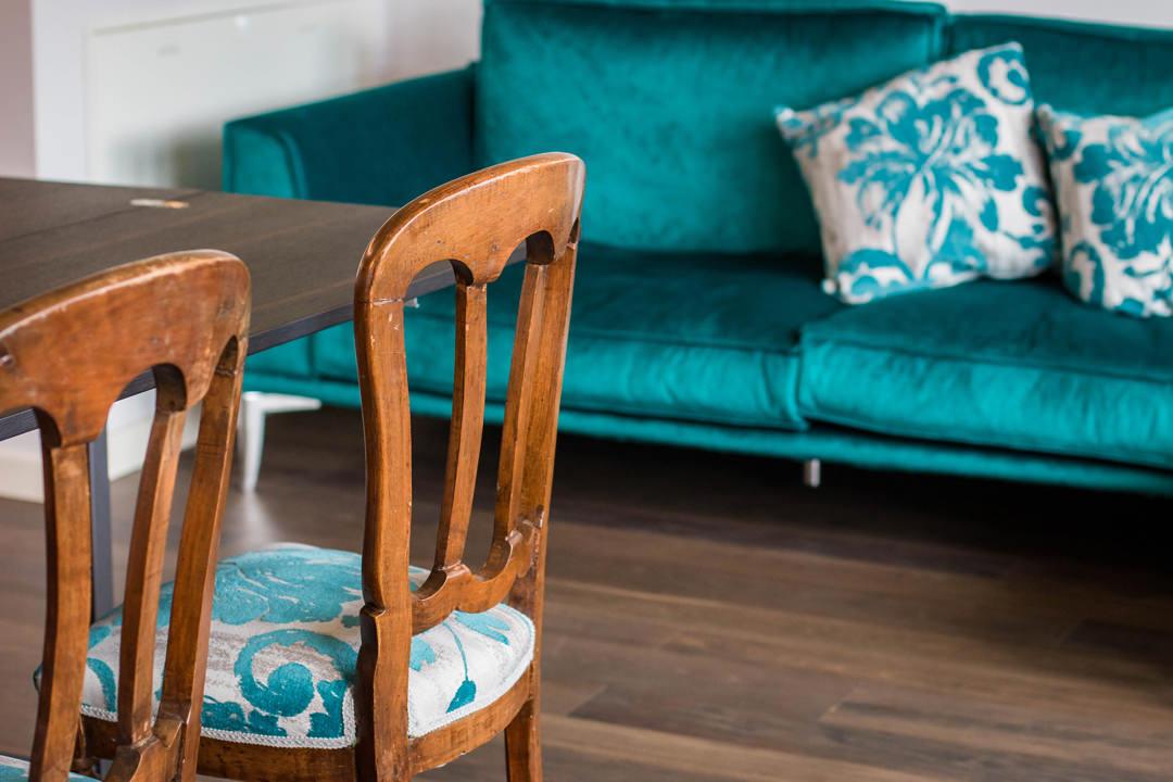 dettaglio-imbottitura-sedie-fantasia-color-ottanio-tinta-divano-velluto