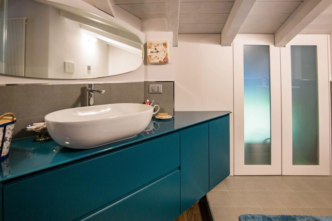 dettaglio-mobile-bagno-sospeso-blu-contemporaneo-maniglie-incavo