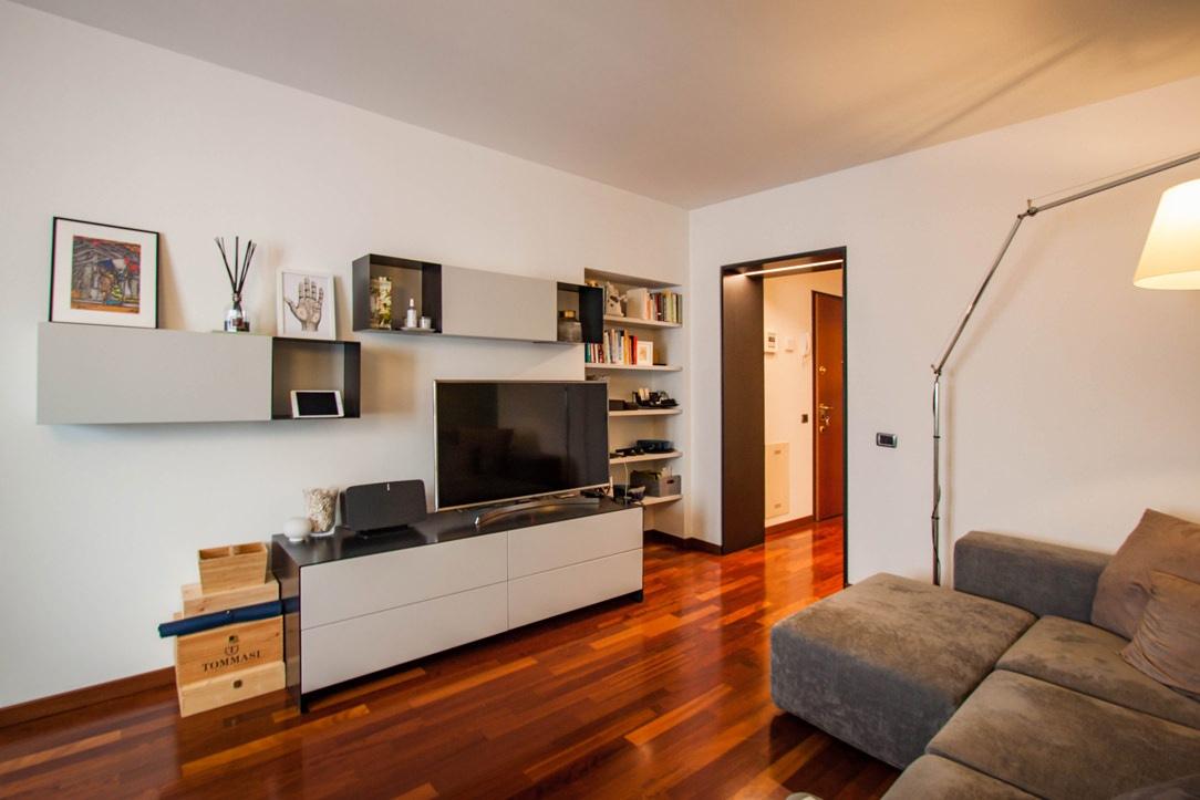soggiorno-moderno-mobile-TV-pensili-ferro