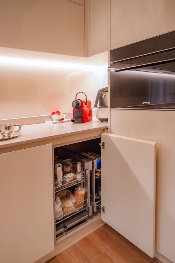 anta angolo cucina color crema cestella interna posizione chiusa