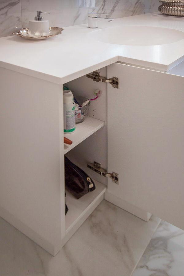 apertura anta mobile bagno ripiani interni