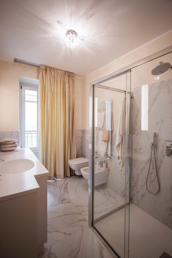 bagno padronale elegante ampia doccia cristallo