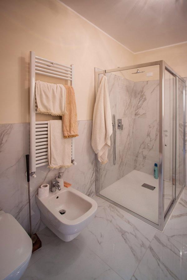 bagno padronale elegante vista doccia cristallo