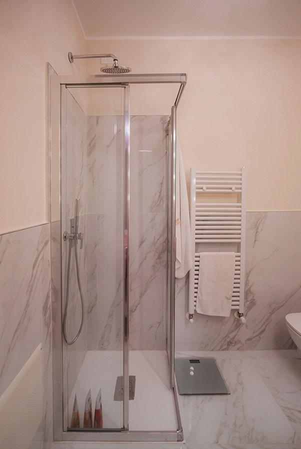 bagno servizio doccia cristallo rivestimento marmo