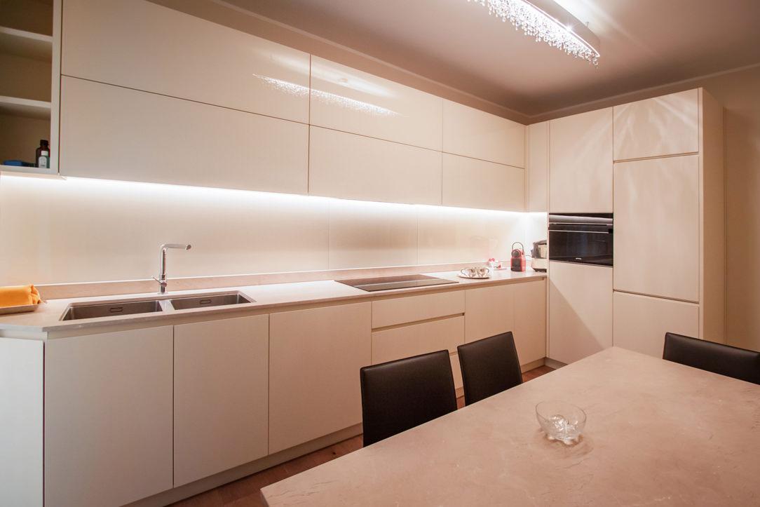 cucina sagomata color crema colonne di servizio pensili lacobel