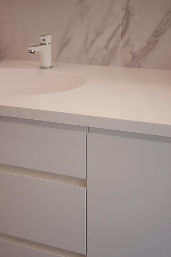 dettaglio mobile bagno cassetti maniglia incavo piano corian