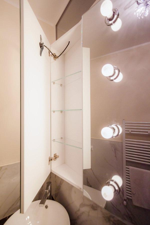 dettaglio mobile bagno pensile anta specchio interno bianco