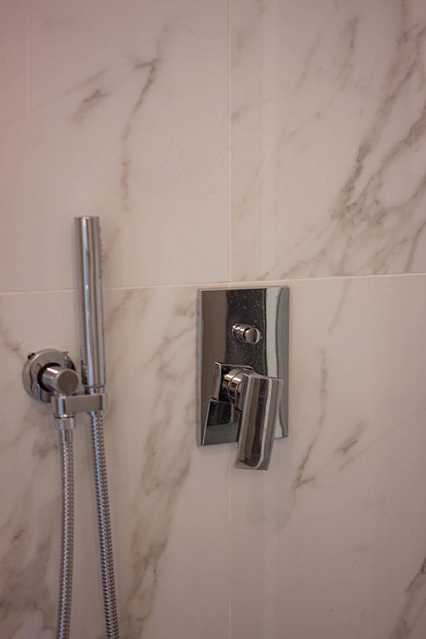 dettaglio rubinetti doccia acciaio inox