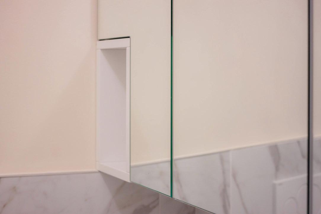 dettaglio vano giorno mobile pensile bagno specchio