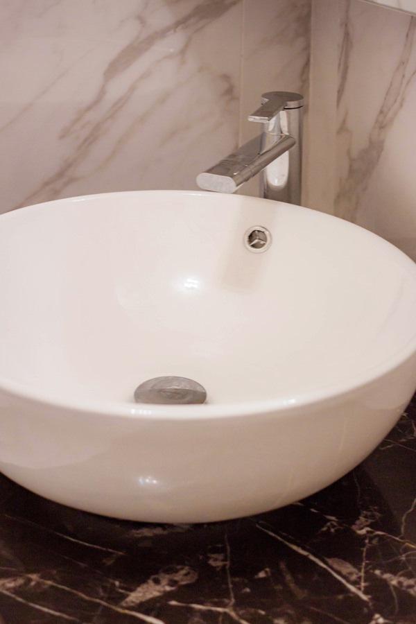 lavabo appoggio corian piano marmo