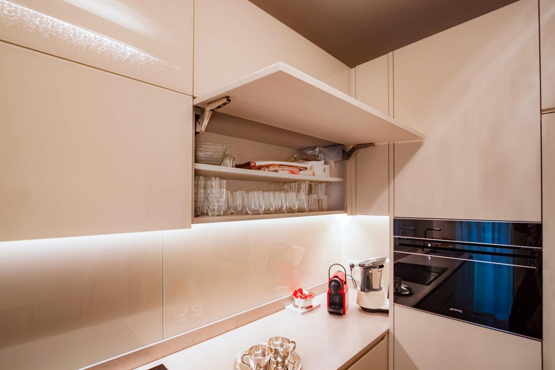 pensili cucina color crema lacobel apertura ribalta ripiano interno
