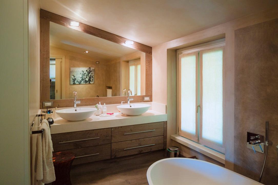 horizontal classic bathroom