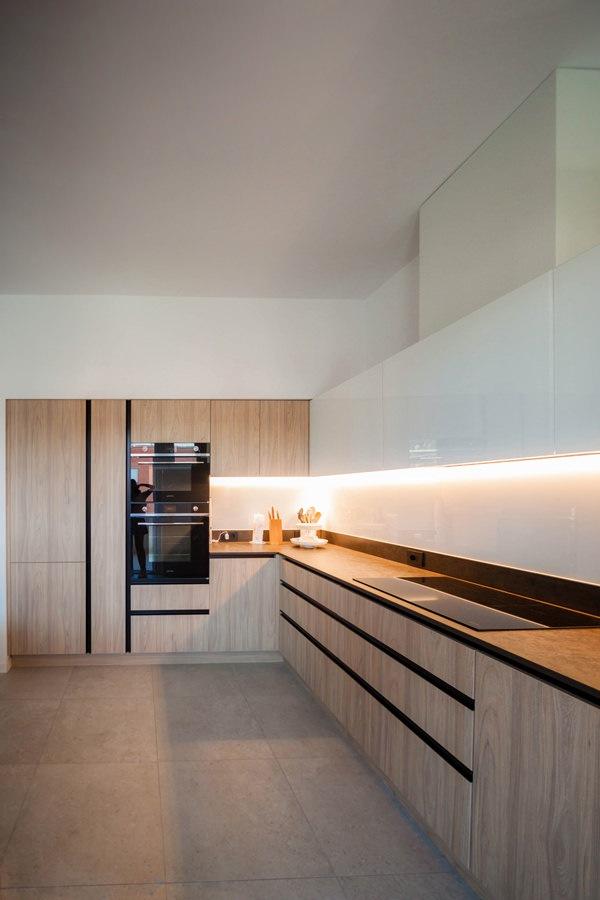 cucina laminato effetto legno colonne servizio forni frigorifero dispensa