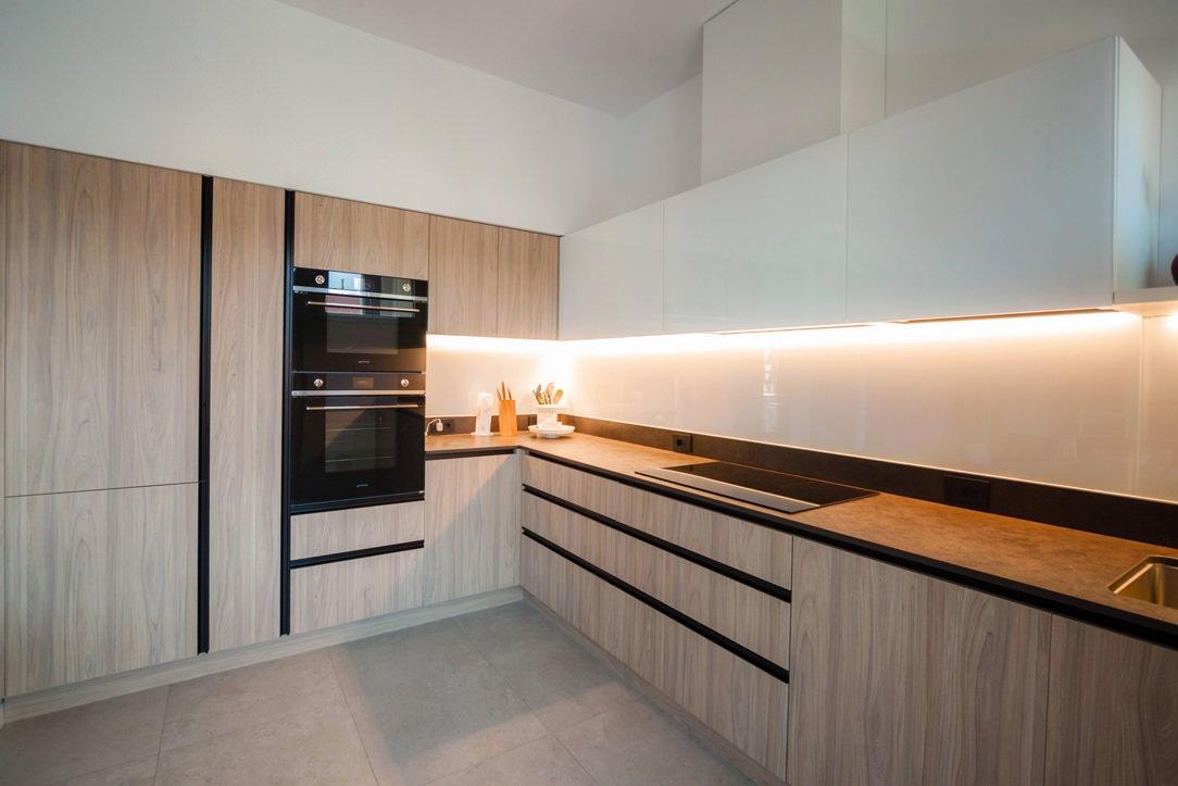 cucina laminato effetto legno pensili bianchi colonne servizio