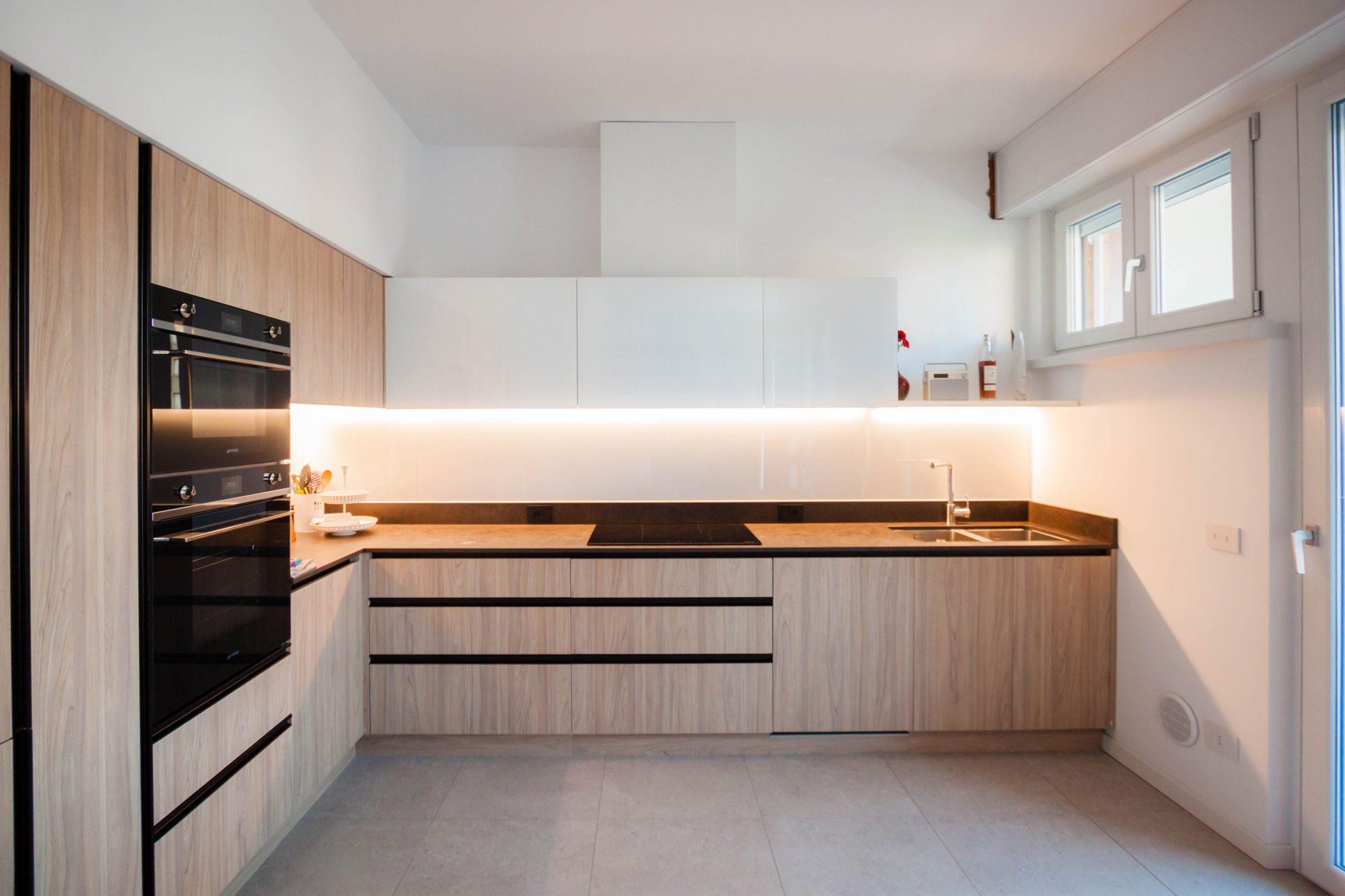 cucina laminato effetto legno pensili bianchi