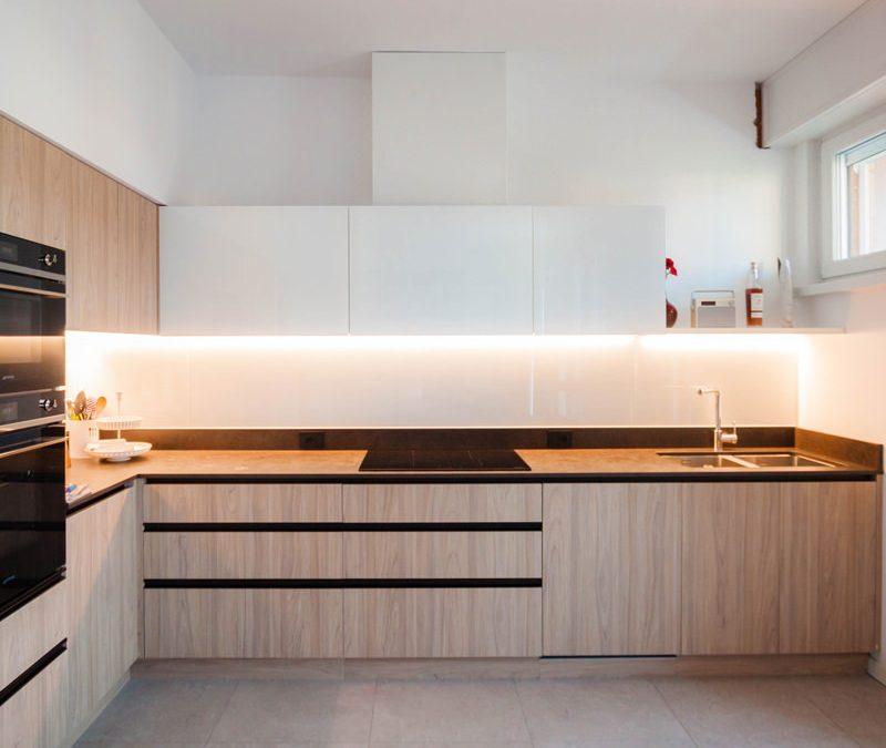 Una cucina in laminato effetto legno
