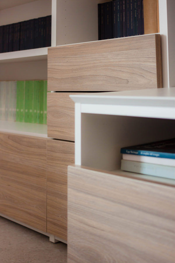 dettaglio fronte cassetti laminato legno mobile zona giorno